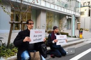比特币玩家在mtgox大楼前举牌抗议